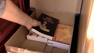 Alessandro lleva los libros en su coche de tres ruedas para venderlos en las calles de Asti