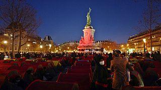 Paris'te polisin sert müdahalesiyle kaldırılan göçmen çadırları yine kuruldu