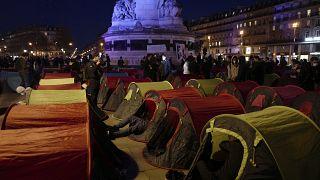 Campamento de refugiados levantado en la plaza de la República de París, Francia
