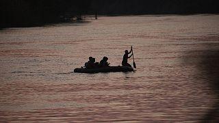 Un grupo de migrantes cruza el Rio Grande para llegar a Texas.