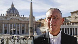 Yeni Zelanda Katolik Kilisesi Baş Piskoposu John Dew'in Vatikan ziyaretinde çekilmiş bir fotoğrafı.