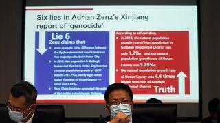 شوغومسنغ نائب المتحدث باسم حكومة إقليم شينجيانغ يدحض مزاعم الإبادة الجماعية خلال مؤتمر صحفي في بكين، الصين.