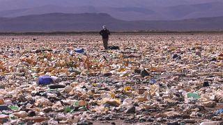 Imagen del lago boliviano Uru Uru cubierto de basura