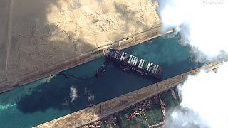 Auch von weit her sichtbar: Der blockierte Frachter im Suezkanal
