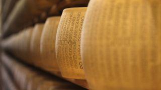 Сырные головы Пармезана на складе в Парме