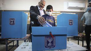 منصور عباس مدلياً بصوته في الانتخابات التي تمّت الثلاثاء 23 آذار/مارس 2021