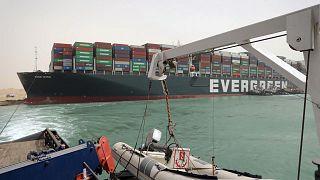 جهود مكثفة لتعويم ناقلة الحاويات الضخمة التي تعيق تدفق السفن في السويس