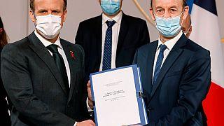Le président Macron et Vincent Duclert, chef de la commission qui a rédigé le rapport sur le génocide au Rwanda, au palais de l'Elysée - Paris -, le 26 mars 2021