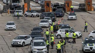 Agentes de la Guardia Civil realizan controles en un peaje a la salida de Madrid