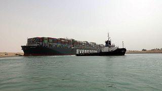 """Süveyş Kanalı'nda karaya oturan """"The Ever Given"""" yük gemisi"""