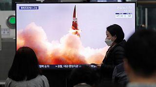 تلفاز في محطة قطارات سوسيو في سيول يعرض خلال برنامج إجباري صورة لصاروخ موجه جديد لكوريا الشمالية، 26 مارس 2021