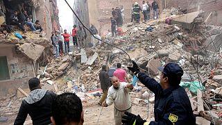 صورة أرشيفية لعمليات إنقاذ بعد انهيار مبنى في ضاحية المطرية في القاهرة في 25 نوفمبر 2014