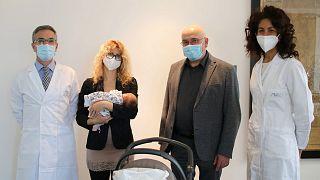 İtalya'da hamilelik sırasında Covid-19 aşısı olan 2 kadının doğurduğu bebeklerde antikora rastlandı.