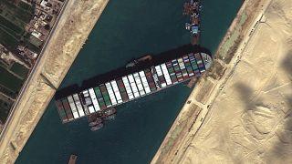 A Szuezi-csatornát elzáró Ever Given egy műholdas felvételen, 2021. március 27-én