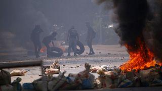 محتجون في يانغون يشعلون إطارات خلال احتجاجات ضد الانقلاب العسكري، 27 مارس 2021
