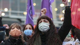 شاهد: بعد انسحاب أنقرة من اتفاقية دولية تحمي النساء.. مظاهرات نسائية حاشدة تعمّ تركيا