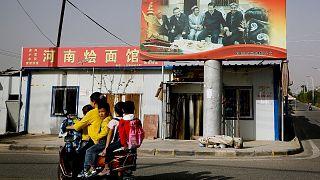 عبور یک زن اویغور با موتور در استان سینکیانگ