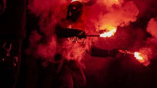 """أنصار حركة """"Men in Black Denmark"""" يتظاهرون ضد القيود المفروضة لمكافحة انتشار فيروس كورونا الجديد في 13 مارس 2021 في كوبنهاغن"""