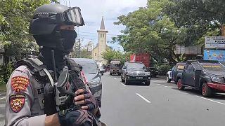شرطة مكافحة الإرهاب الإندونيسية خارج مبنى الكاتدرائية التي استهدفها تفجير انتحاري في أحد الشعانين