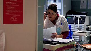 A Rouvray pszichiátriai klinika nővére telefonál a klinika sürgősségi rendelőjében 2020. november 25-én
