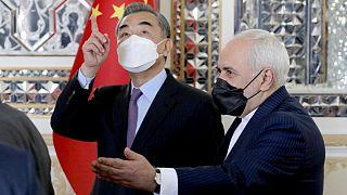 محمد جواد ظریف و وانگ ئی، وزیران خارجه ایران و چین در مراسم امضای سند همکاری ۲۵ ساله دو کشور