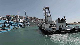 Süveyş Kanalı'nı tıkayan dev gemiyi kurtarma çalışmaları sürüyor