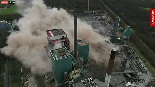 Espectaculares imágenes de la demolición de una central en Alemania