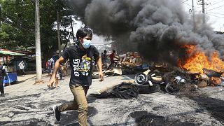 Myanmar'ın Yangon kentinde güvenlik güçlerinin ateşinden kaçmaya çalışan eylemci
