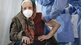 Une femme de 104 ans reçoit sa deuxième dose de vaccin, à Bucarest en Roumanie, dimanche.