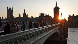 Westminster Bridge in London bei Sonnenuntergang