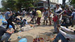 Una fionda gigante usata dai manifestanti come arma contro i militari in Myanmar.