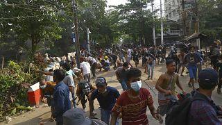 Διεθνής καταδίκη για την κλιμακούμενη βία του στρατιωτικού καθεστώτος στη Μιανμάρ