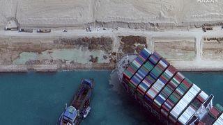 سفينة نقل الحاويات إيفر غيفن العالقة بقناة السويس صباح 28 مارس 2021.
