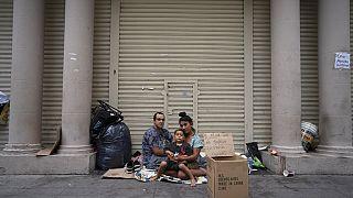 Οικογένεια αστέγων έξω από κλειστό- λόγω κορονοϊού- κατάστημα στο Μπουένος Άιρες