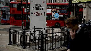 Προειδοποιητικές πινακίδες στην είσοδο μετρό Oxford Circus, στο Λονδίνο