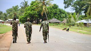 جنود من الجيش الموزمبيقي يقومون بدوريات في الشوارع في أعقاب هجوم استمر يومين من قبل حركات مسلحة.