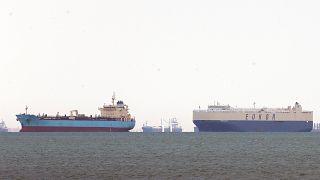 A Szuezi-csatornán keresztbe fordult Ever Given konténerszállító miatt veszteglő teherhajók