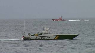 Boote der Küstenwache auf der Suche nach Überlebenden