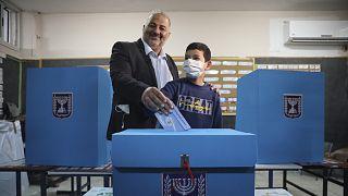 A Ra'am elnöke, Manszúr Abbász voksol az izraeli választáson