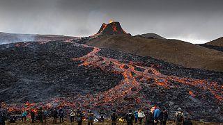 Lávaömlést figyelő turisták Izlandon