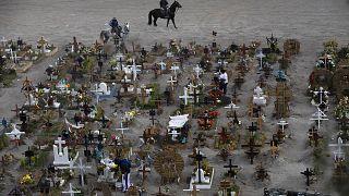 Meksika'nın başkenti Mexico City'de ağırlıklı olarak koronavirüs nedeniyle hayatını kaybedenlerin defnedildiği Valle de Chalco mezarlığı