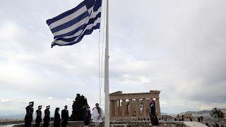 Micotákisz miniszterelnök és Szakellaropulu államfő az athéni Akropoliszon álló Parthenon előtt a nemzeti ünnepen, március 25-én