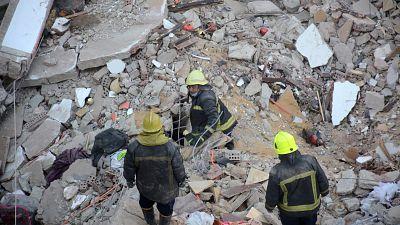 Le Caire : un bébé parmi les survivants de l'effondrement d'immeuble