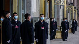 Biztonsági őrök állnak a pekingi Nagy Népi Csarnok előtt március 4-én, mielőtt megkezdődik a Kínai Népi Politikai Tanácskozó Testület ülése