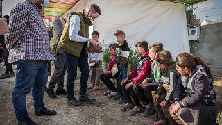Azbej Tristan, az üldözött keresztények megsegítéséért és a Hungary Helps program megvalósításáért felelős államtitkár Khankéban a jezidi menekülttáborban tesz látogatást
