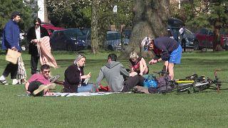 بعض سكان لندن اختار تمضية النهار في الحدائق العامة