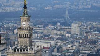 Szigorú beutazási szabályoknak kell megfelelnie annak, aki személyesen látni szeretné az EU legmagasabb felhőkarcolóját, a 310 méter magas Varsó-tornyot