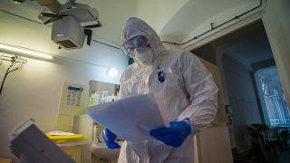Védőruhába öltözött orvos a koronavírussal fertőzött betegek fogadására kialakított osztályon a fővárosi Szent János Kórházban 2020. december 15-én.