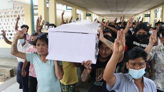 La détermination des manifestants lors de funérailles à Rangoun - Birmanie -, le 29 mars 2021