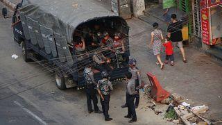 قوات أمنية لميانمار في بلدة كامايوت من العاصمة يانغون. 2021/03/29